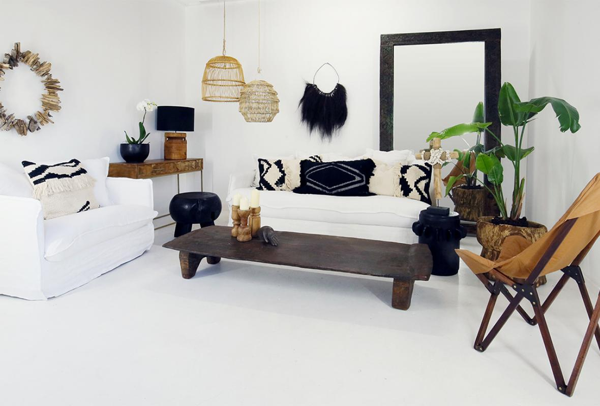 WHITE AND BRIGHT MODERN ETHNIC LIVING ROOM.
